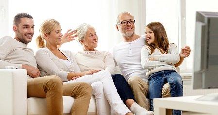 Familie kijkt naar levensfilm
